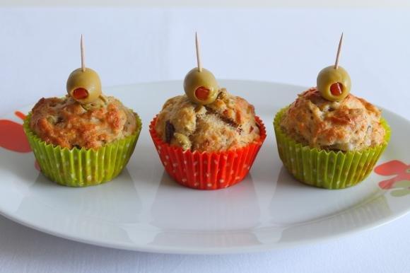 Muffin con tonno sott'olio e olive verdi denocciolate
