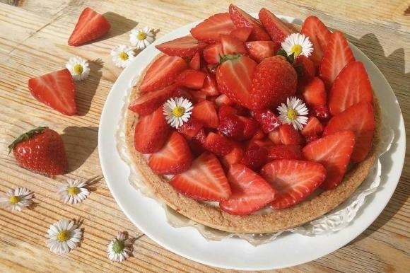 Crostata con fragole e crema pasticcera al cioccolato bianco