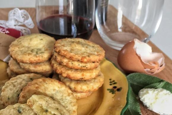 Biscottini salati al parmigiano reggiano aromatizzati alla salvia