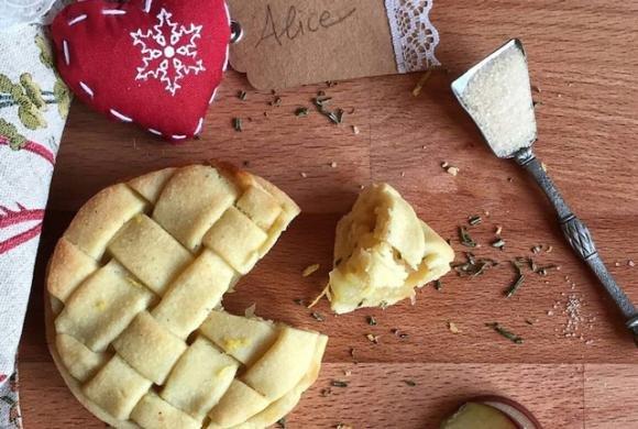 Crostata di mele con limone e rosmarino