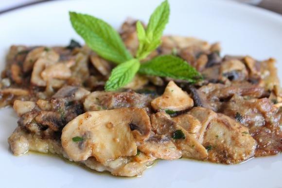 Scaloppine di vitello con funghi champignon