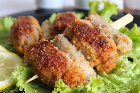 Spiedini di carne con salsiccia
