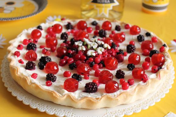 Crostata di pasta brisée con crema al mascarpone, ricotta e frutti rossi