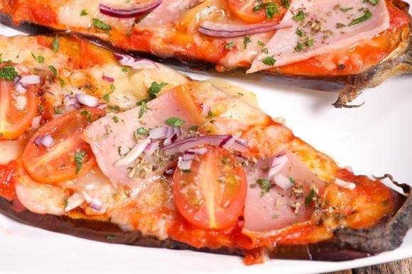 Pizzette di melanzane con prosciutto e pomodorini
