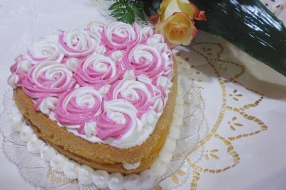 Torta con crema pasticcera, panna e pesche