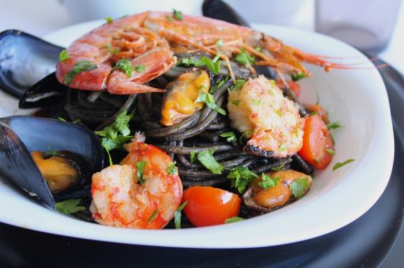 Spaghetti al nero di seppia con cozze, gamberoni e pomodorini