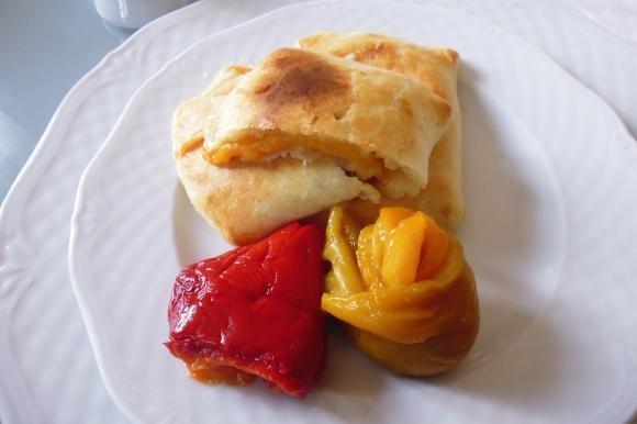 Fagottini di brisée con peperoni e mozzarella