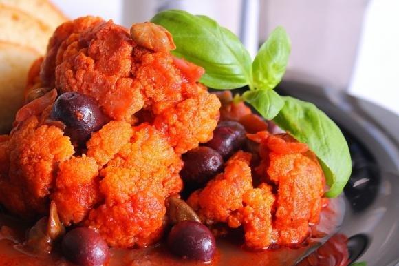 Cavolfiore al vino rosso con pomodoro, olive nere e capperi