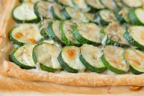 Torta salata zucchine, cipolla e formaggio