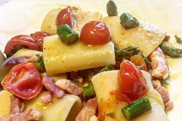 Paccheri con pancetta, asparagi e pomodorini
