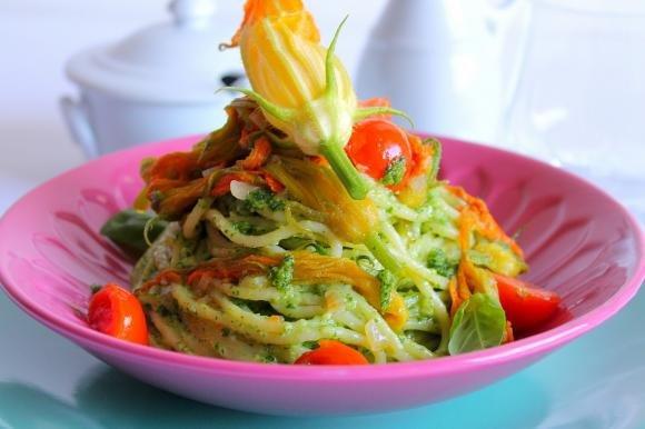 Spaghetti con pesto di rucola, fiori di zucca e pomodorini