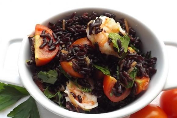 Insalata fredda di riso venere con gamberi e pomodorini