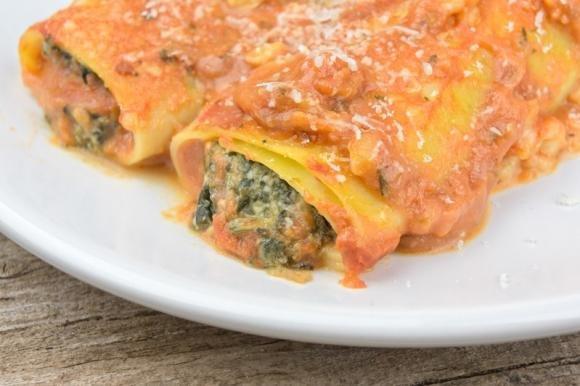 Cannelloni con ricotta e spinaci al sugo