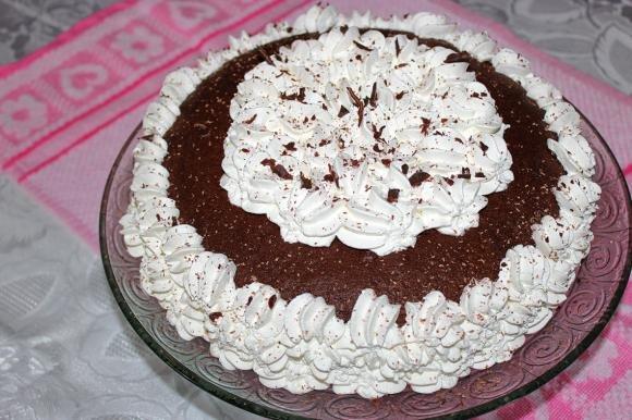 Torta al cacao con ciliegie e mousse al cioccolato bianco