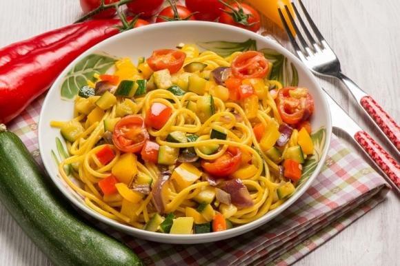 Spaghetti zucchine, pomodori e peperoni