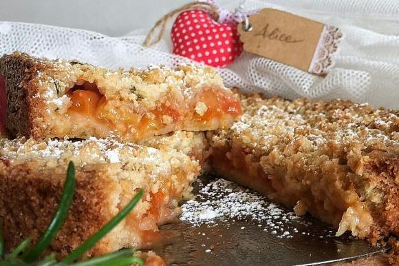 Torta crumble di pesche e rosmarino