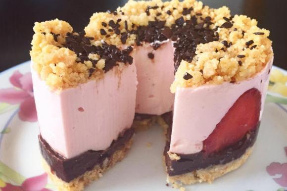 Cheesecake fragole e cioccolato senza cottura