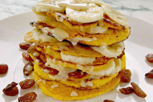 Pancake con banana e crema di mandorle senza glutine
