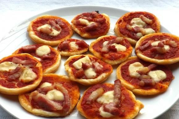 Pizzette di sfoglia con emmenthal e pancetta