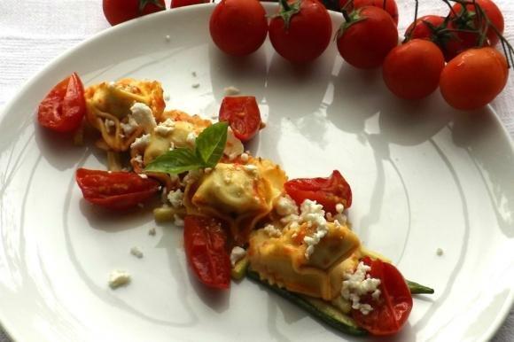 Ravioli ricotta e spinaci con zucchine e pomodorini