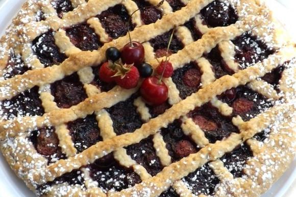 Crostata con confettura ai frutti di bosco