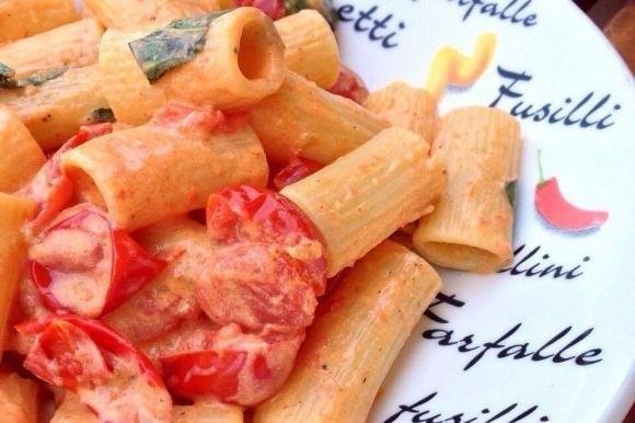Pasta con robiola e pomodorini