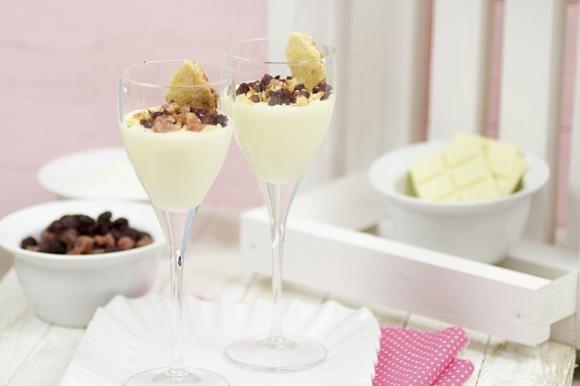 Mousse al cioccolato bianco, frutti rossi e crumble al cocco