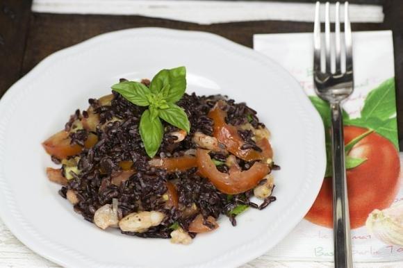 Insalata di riso venere con gamberetti, pomodorini e tabasco