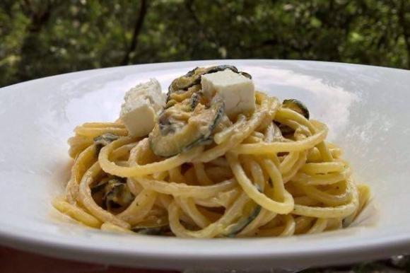 Spaghetti con feta e zucchine