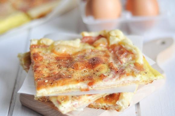 Torta salata con emmenthal, prosciutto cotto e uova