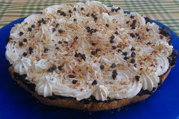 Torta con base biscottata, crema al cioccolato e panna senza lattosio