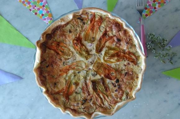 Torta salata con zucchine, pancetta e fiori di zucca