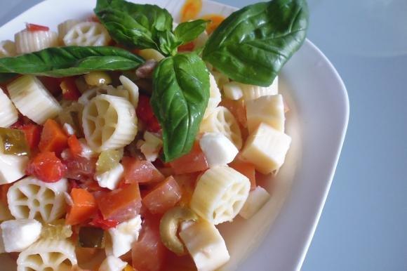 Pasta fredda con tonno, emmenthal, mozzarella e pomodori