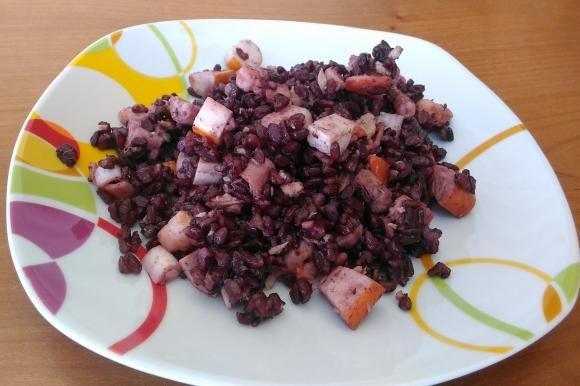 Insalata di riso venere con surimi, gamberetti e tonno
