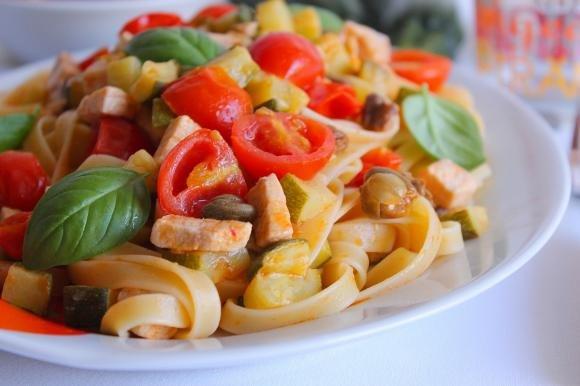 Fettuccine con pesce spada, pomodorini, zucchine e capperi