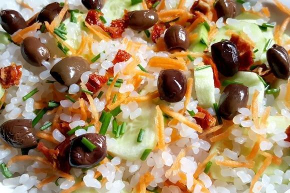 Chicchi di konjac con verdure e salsa all'aglio toum
