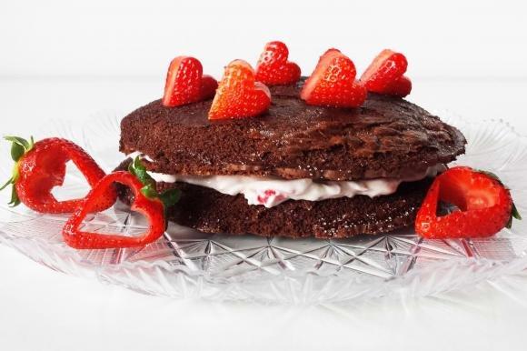 Torta biscotto al cacao con crema al mascarpone, ricotta e lamponi