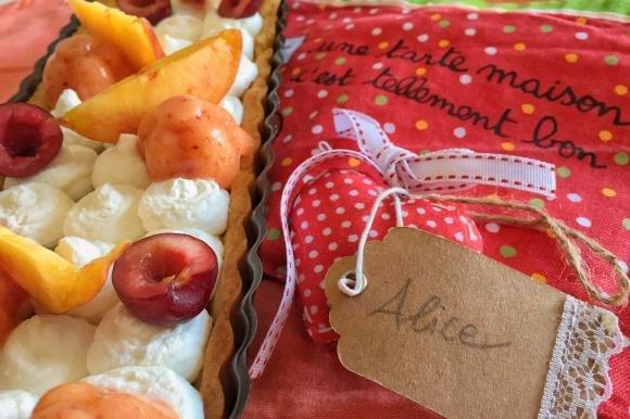 Crostata con ciliegie, pesche e mousse bianca