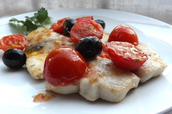 Pesce smeriglio con olive e pomodorini