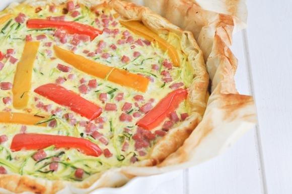 Torta salata con zucchine, peperoni e prosciutto cotto