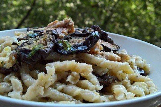 Pasta con pesce spada, melanzane e granella di mandorle