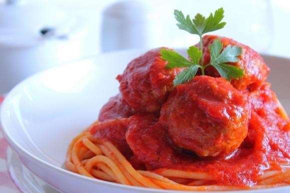 Spaghetti con polpettine di carne al sugo di pomodoro