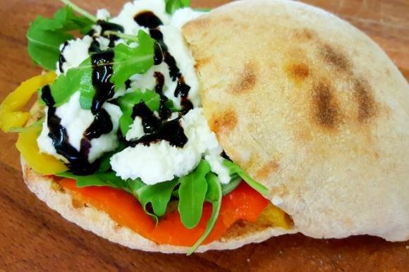 Panini con farina di kamut, verdure e mozzarisella