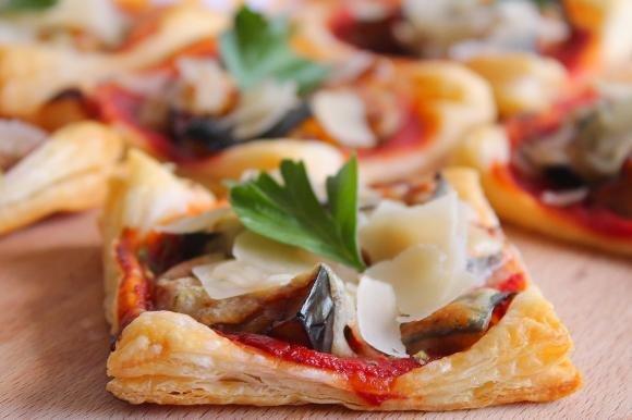 Pizzette di sfoglia con melanzane e scaglie di Grana Padano