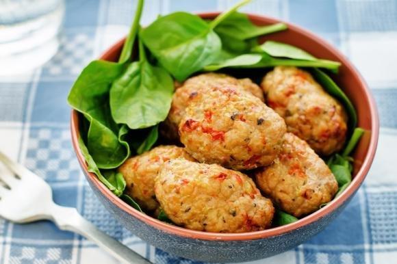 Polpette di carne al forno con peperoni e spinaci