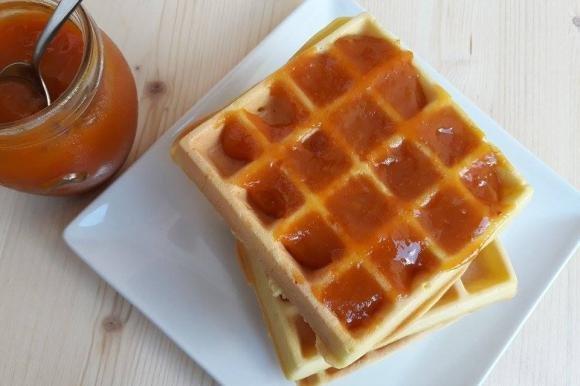 Waffle con marmellata di albicocche