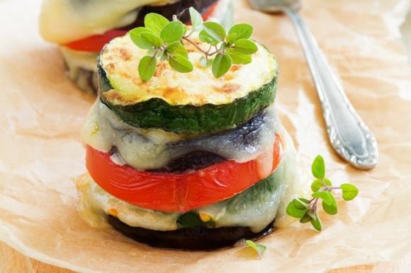 Torri di zucchine, pomodoro e mozzarella di bufala