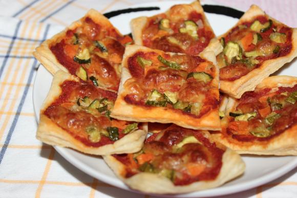 Pizzette di pasta sfoglia con zucchine e Grana Padano