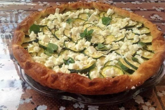 Torta salata zucchine, feta e menta