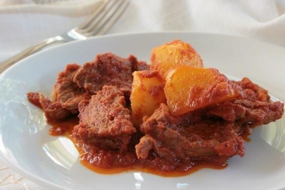 Carne con patate al sugo